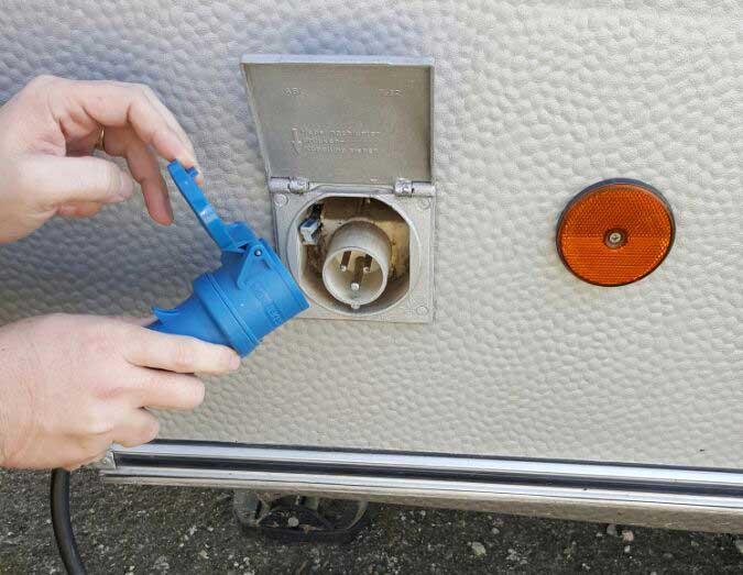 Stromanschluss an Wohnwagen und Wohnmobil mit CEE Stecker blau