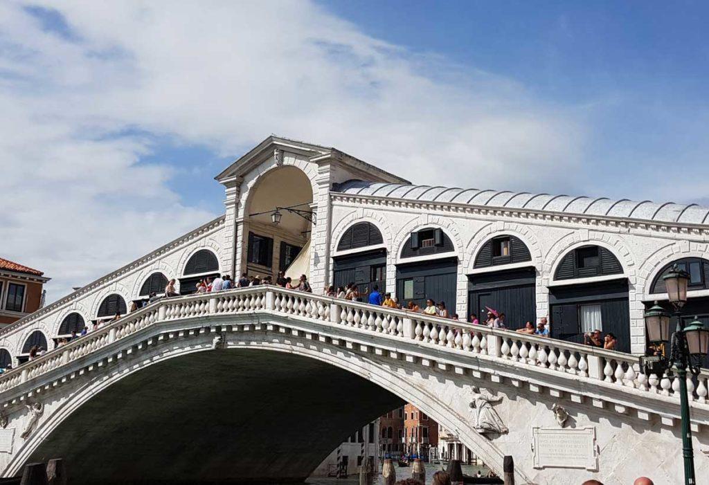 Eine der bekanntesten Sehenswürdigkeiten in Venedig ist die Rialto Brücke