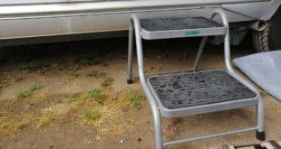 Zweiteilige Trittstufe als einstiegshilfe für den Wohnwagen