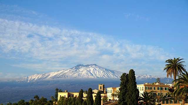 Der Vulkan Ätna ist oftmals deutlich präsent von vielen Orten sichtbar.