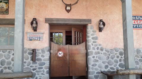 Eingang zum Sanitärgebäude.