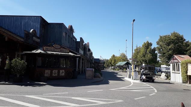Der Eingang des Europa Camp Resort ist wie eine Stadt im Wilden Westen gestaltet.