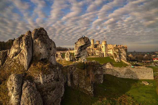 Romantische Burgen in den Bergen von Süd-Polen laden zum verweilen ein.