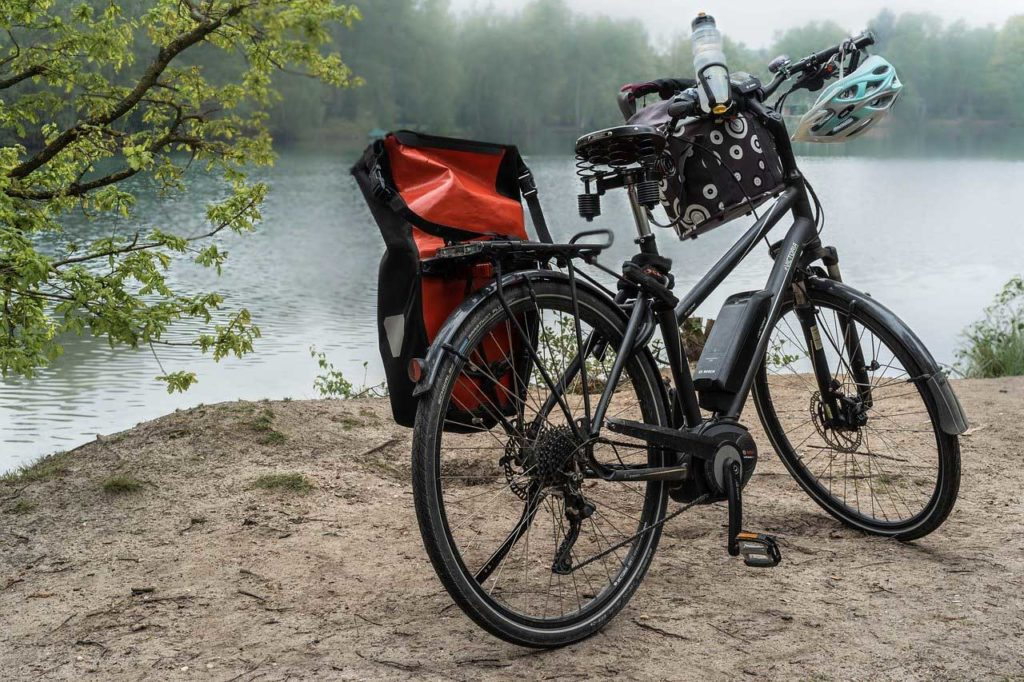 Abb2: E-Bike-Tour (Quelle: pixabay.com/photos/wheel-lake-e-bike-bike-water-4174280/)